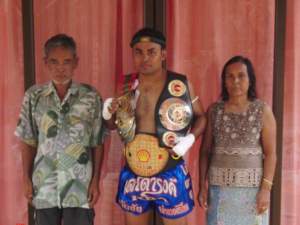 Dejdamrong and his parents.