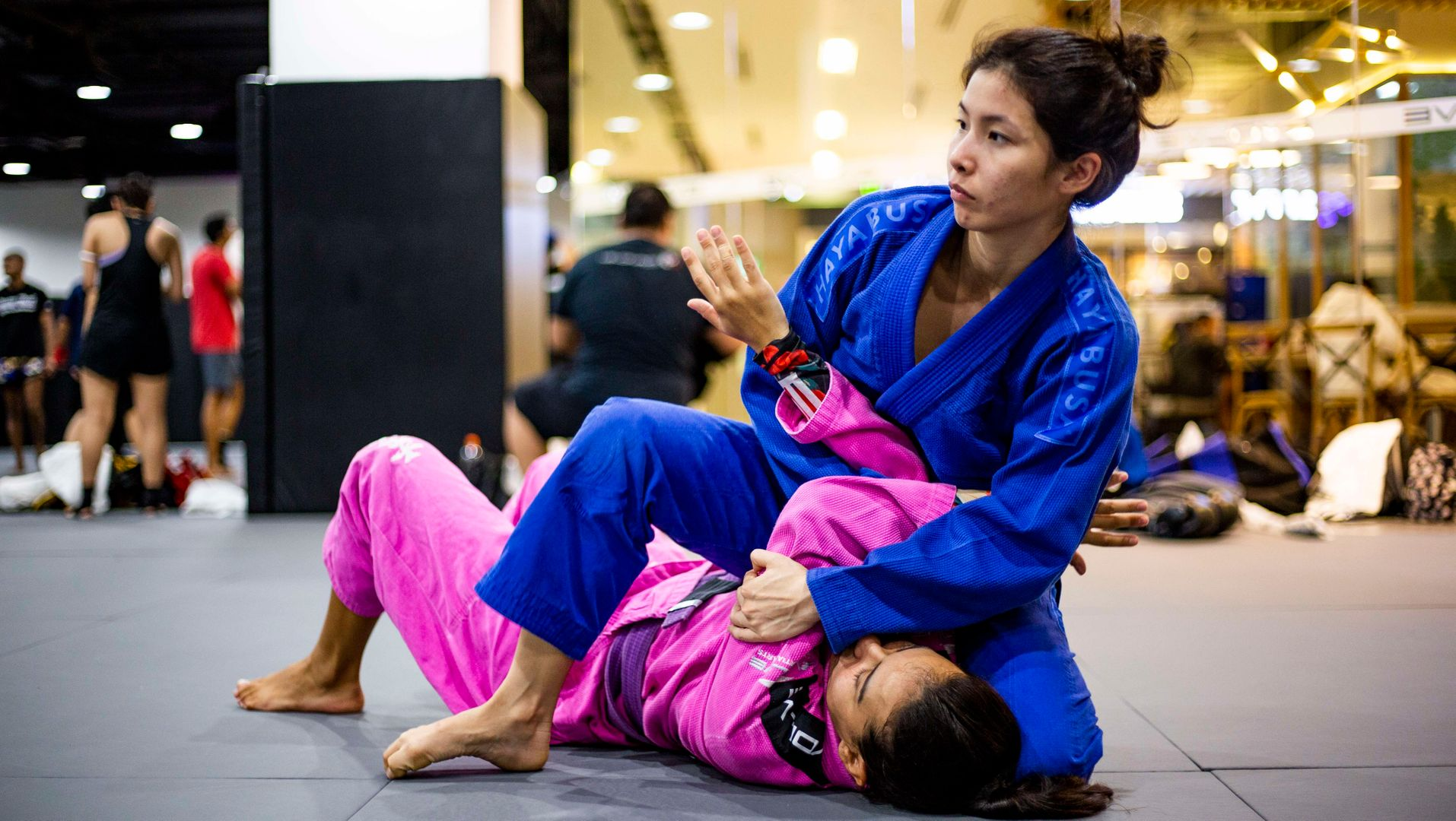 A person mounting their opponent in a BJJ class