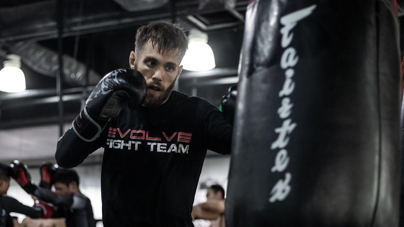 Aleksi-Toivonen-Boxing-Heavy-Bag